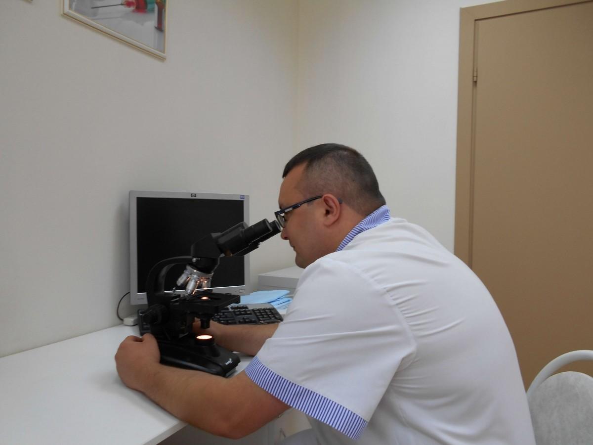 венеролог Ленкин С.Г. проводит микроскопию