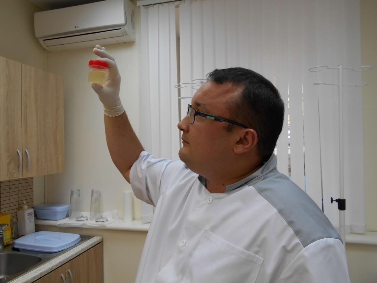 врач уролог Ленкин С. Г. берет анализы