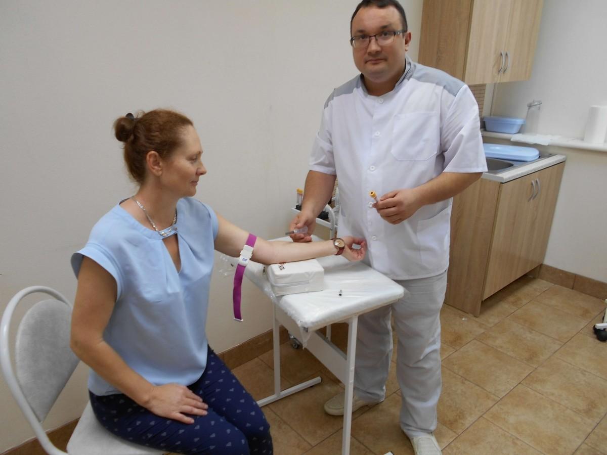 дерматовенеролог Ленкин С. Г. берет кровь