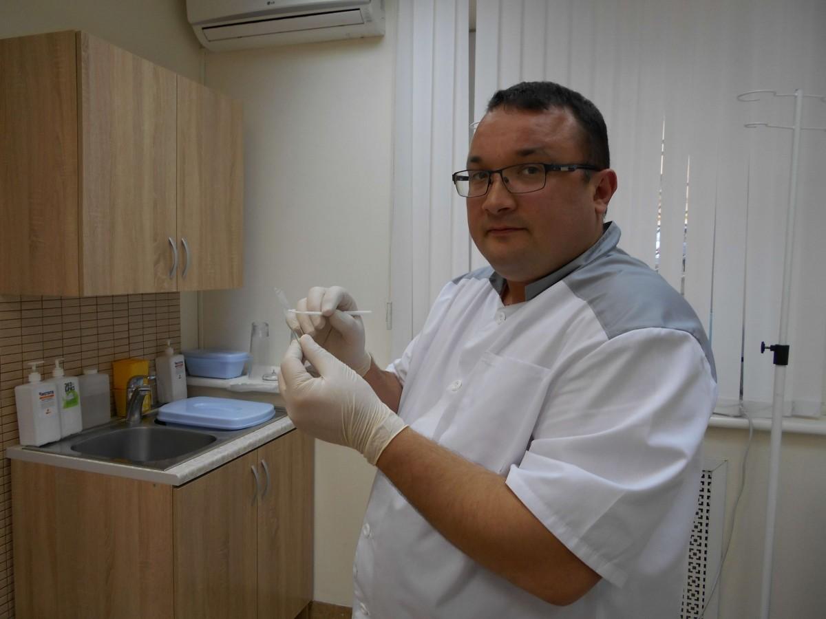 венеролог Ленкин С. Г. берет мазок