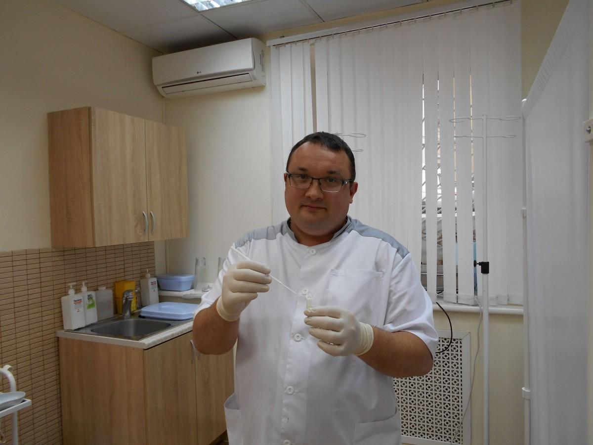 дерматовенеролог Ленкин берет мазки