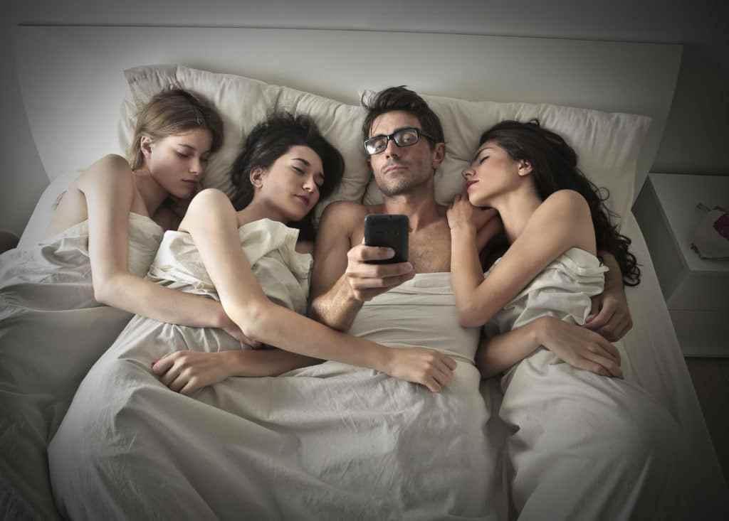 Бывают попки мужчина с двумя женщинами спящие фото порно