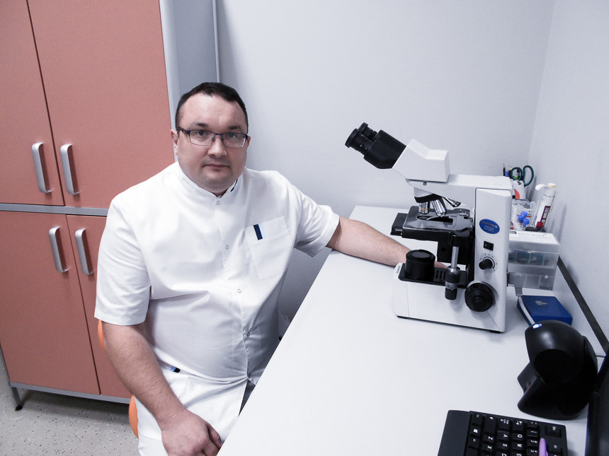 врач оценивает в микроскоп мазок на атипичные клетки