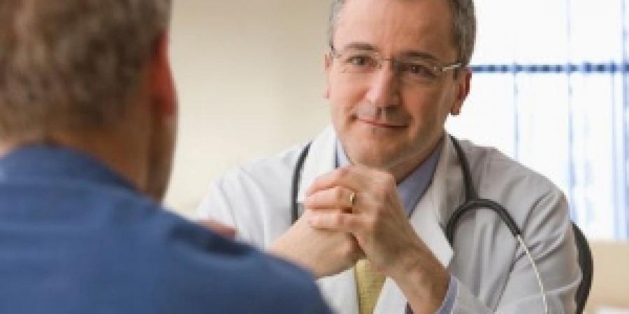 с симптомами генитального герпеса мужчины обращаются к венерологу.