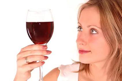 Превышение уровня эритроцитов в моче может быть по причине приема алкоголя