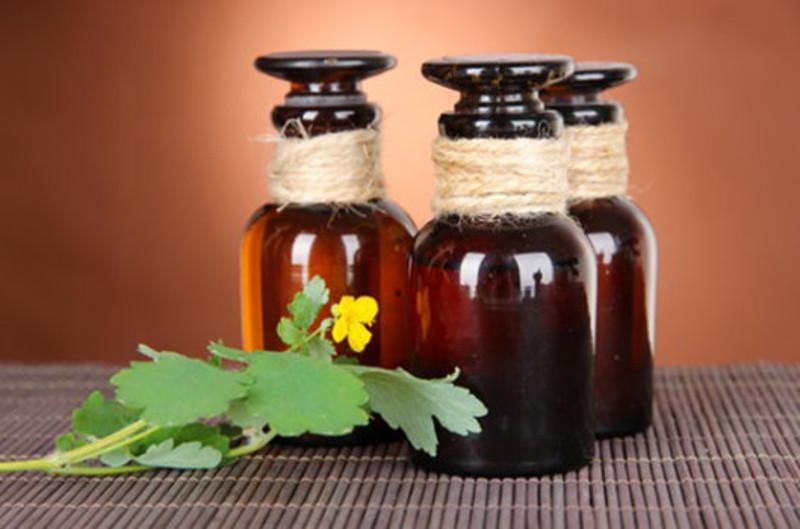При трудно поддающемся стандартной терапии простатите рекомендуется принимать настойку чистотела и болиголова.