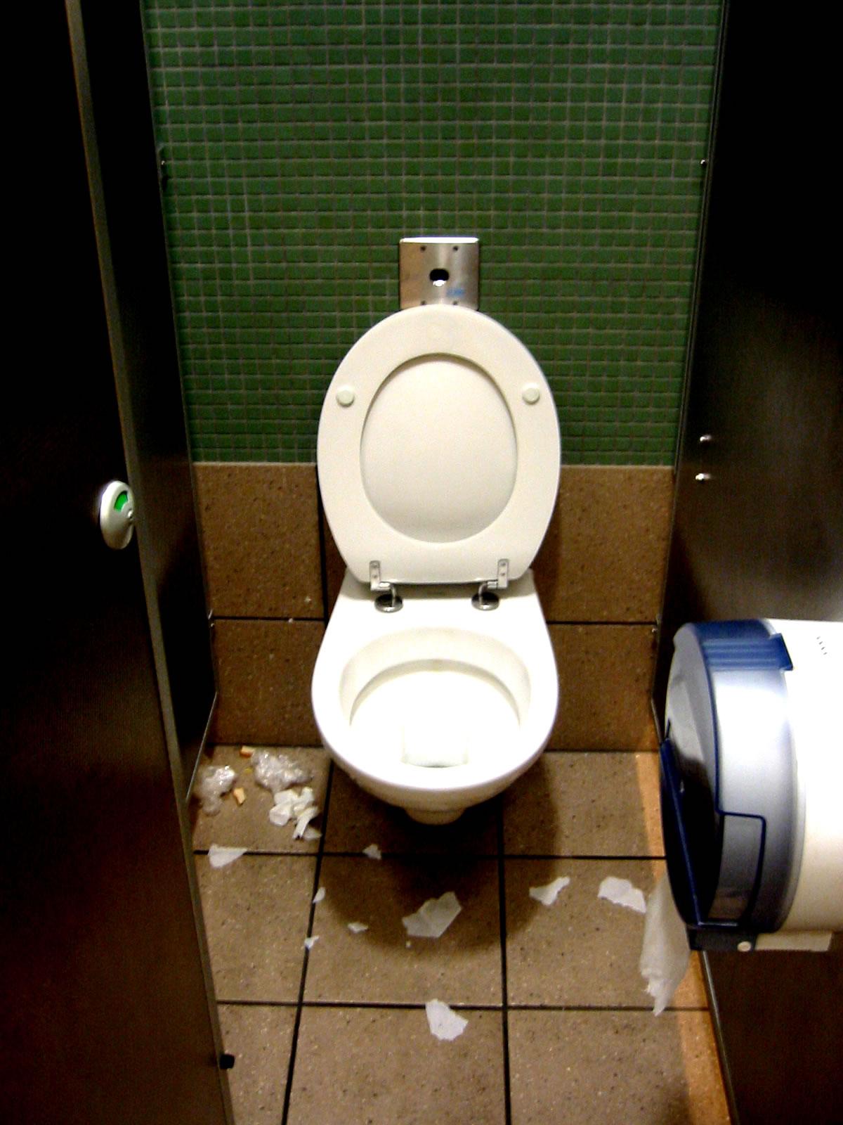 Связали в туалете 8 фотография